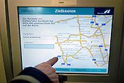 Nederland, A73, 3-1-2005Betaalautomaat voor de tol op de Duitse autobaan, snelweg. Duitsland.Vanaf 1 januari is de tolheffing voor vrachtverkeer van kracht. Kosten transport, logistiek, onkosten, tol, maut, tolweg, vrachtvervoer, vrachtwagen chauffeurFoto: Flip Franssen/Hollandse Hoogte