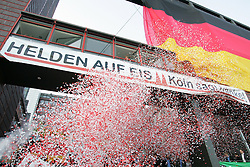"23.05.2010, Lanxess Arena, Koeln, GER, 74. IIHF WM, Feier nach dem Spiel um Platz 3 vor der Lanxess Arena, Schweden ( SWE ) vs Deutschland ( GER ) im Bild: Großer Empfang nach dem Spiel gegen Schweden vor der Lanxess Arena. ""Helden auf Eis, Koeln sagt Danke""  EXPA Pictures © 2010, PhotoCredit: EXPA/ nph/   Florian Mueller"