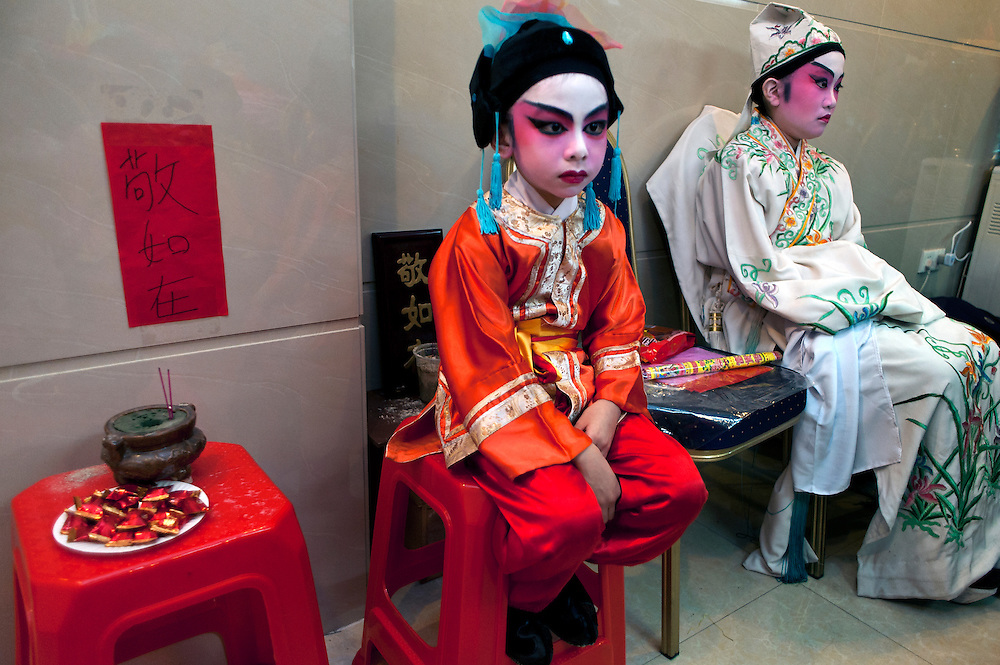 Hoi-Kiu (5 year old left), Sze-Wing (11 year old right) from Cha Duk Chang in the backstage before the performance.<br />
