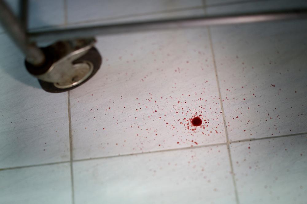 San Pedro Sula, Honduras<br /> <br /> P&aring; b&aring;rhuset i San Pedro Sula samlas rester fr&aring;n diverse mord. Med den h&ouml;gsta mordstatistiken i v&auml;rlden hinner inte personalen st&auml;da undan allt bevismaterial. Blod droppar fr&aring;n en tr&ouml;ja som h&auml;nger p&aring; tork. Tr&ouml;jan tillh&ouml;rde en man som nu ska obduceras.<br /> <br /> Photo: Niclas Hammarstr&ouml;m