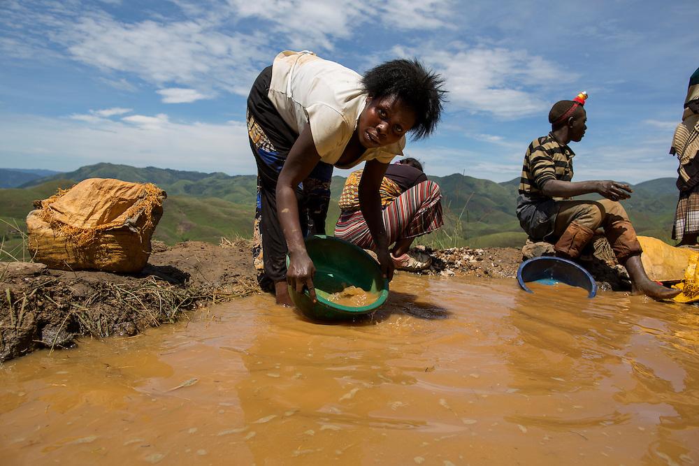 Luntukulu, Congo<br /> <br /> H&auml;r vaskar och rensar man fram mineralen. Allt arbete i tennmalms gruvan sker f&ouml;r hand. Varje stenblock bankas s&ouml;nder till sm&aring;grus f&ouml;r att senare vaska fram tennmalmen.<br /> <br /> Photo: Niclas Hammarstr&ouml;m