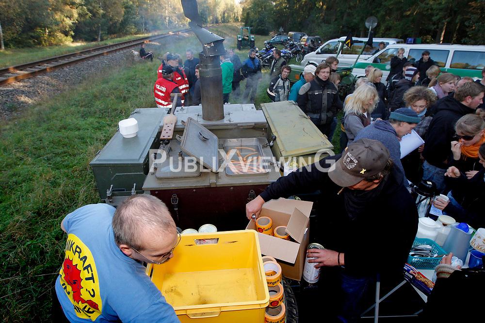 Erkundung des Waldes und der Bahnstrecke, auf der im November der 12. Castortransport ins Zwischenlager Gorleben rollen soll, durch Atomkraftgegner aus dem Wendland. <br /> <br /> Ort: Gr&uuml;nhagen<br /> Copyright: Andreas Conradt<br /> Quelle: PubliXviewinG