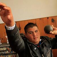 Toluca,  México.- Juan Carlos Lima Martínez, estudiante del tercer grado de secundaria, a su corta edad es campeón estatal de lanzamiento de bala y disco, y en sus tiempos libres también se dedica a ser DJ, una joven promesa del deporte mexiquense.  Agencia MVT / Crisanta Espinosa
