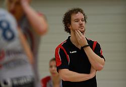 10-11-2013 VOLLEYBAL: VV ALTERNO - VC WEERT: APELDOORN<br /> Alterno wint met 3-0 van Weert / Coach Bram Leijssenaar<br /> ©2013-FotoHoogendoorn.nl