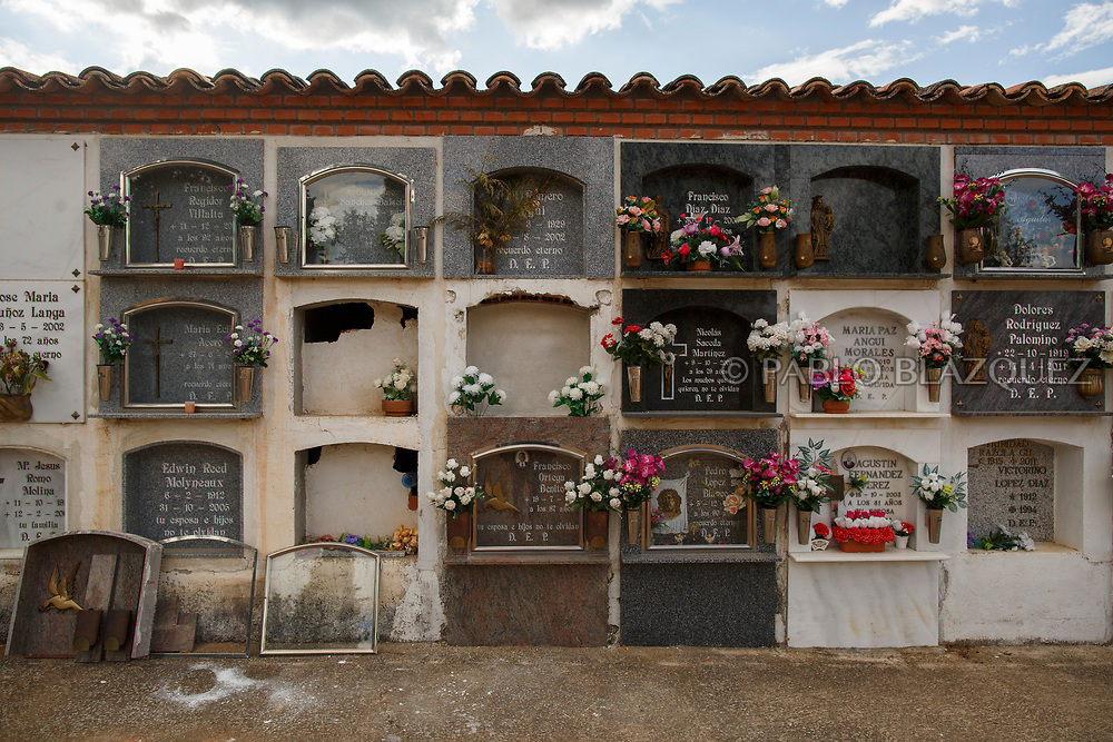 19/05/2018. A niche containing the remains Valentin Alcantarilla Mercado (C) who was assassinated by dictator Francisco Franco's forces is closed at the cemetery on May 19, 2018 in Sacedon, Guadalajara province, Spain. General Franco's forces killed Timoteo Mendieta and other people between 1939 and 1940 after Spain's Civil War and buried them in mass graves in Guadalajara's cemetery. Argentinian judge Maria Servini used the international human rights law and ordered the exhumation and investigation of Mendieta's mass grave. The exhumation was carried out by Association for the Recovery of Historical Memory (ARMH) recovering 50 bodies from 2 mass graves and identified 24 of them. Spain's Civil War took the lives of thousands of people on both sides, but Franco continued his executions after the war has finished. Spanish governments has never done anything to help the victims of the Civil War and Franco's dictatorship while there are still thousands of people missing in mass graves around the country. (© Pablo Blazquez)