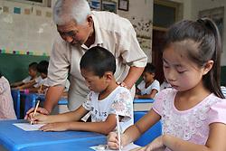 SHIJIAZHUANG, Sept. 7, 2016 (Xinhua) -- Zhang Xing'en teaches students to write calligraphy at Xiguan Elementary School in Gaocheng District of Shijiazhuang, capital of north China's Hebei Province, Sept. 6, 2016. 81-year-old Zhang Xing'en has been teaching students of Xiguan Elementary School in Gaocheng District calligraphy voluntarily for more than three years to intensify their aesthetic sensibility for calligraphy. (Zhang Jiangang)(wsw) (Credit Image: © Zhang Jiangang/Xinhua via ZUMA Wire)