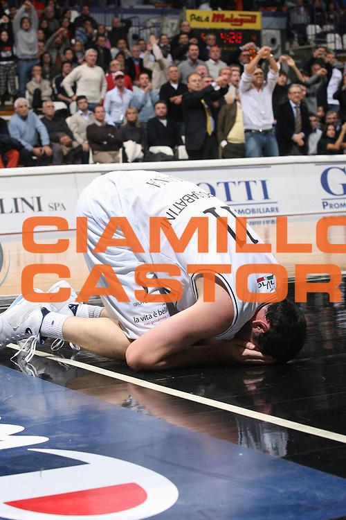DESCRIZIONE : Bologna Lega A1 2007-08 La Fortezza Virtus Bologna Montepaschi Siena <br /> GIOCATORE : Andrea Crosariol <br /> SQUADRA : La Fortezza Virtus Bologna<br /> EVENTO : Campionato Lega A1 2007-2008 <br /> GARA : La Fortezza Virtus Bologna Montepaschi Siena <br /> DATA : 11/11/2007 <br /> CATEGORIA : Infortunio Delusione <br /> SPORT : Pallacanestro <br /> AUTORE : Agenzia Ciamillo-Castoria/M.Marchi