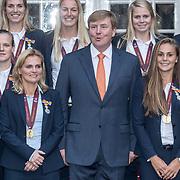 NLD/Den Haag/20171025 - Koning ontvangt winnaar EK voetbal Vrouwen 2017, Sherida Spitse en Sarina Glotzbach-Wiegers, Koning Willem Alexander en Lieke Martens en Sari van Veenendaal