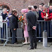 NLD/Makkum/20080430 - Koninginnedag 2008 Makkum, Koninging Beatrix ontfent zich over een geemotioneerde vrouw