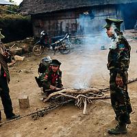 HSSU 20150409 TNLA kapinallisryhmä Shanin osavaltiossa, Myanmar. Kylässä TNLA sotilaat sytyttävät tulen koska iltaisin ja öisin lämpötila laskee huomattavasti. Kuva: Benjamin Suomela