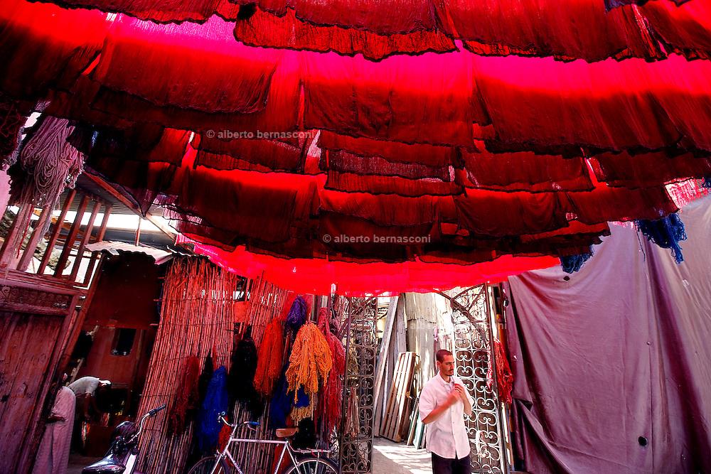 MAROC, Marrakesh:nel quartiere dei tintori, dyer quarter in the souk. Morocco