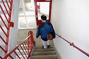 Nederland, Nijmegen, 27-3-2003..Huisarts loopt visite. Basiszorg, gezondheidszorg, eerstelijns hulpverlening..Foto: Flip Franssen