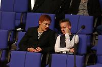 14 JUN 2002, BERLIN/GERMANY:<br /> Grietje Bettin, MdB, B90/Gruene, und Angela Merquardt, MdB, PDS, im Gespraech, Plenum, Deutscher Bundestag<br /> IMAGE: 20020614-02-001<br /> KEYWORDS: Gespräch, Youngster, Jugend, youth