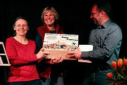 40 Jahre Gorleben, das heißt auch 40 Jahre Bürgerinitiative Umweltschutz Lüchow-Dannenberg e.V. – am 2. März 1977 wurde die BI in das Vereinsregister eingetragen. <br /> Dies nahm die BI zum Anlass, am 25.03.2017 zur Jubiläumsfeier in die Trebelner Bauernstuben  einzuladen. Im Bild (v.l.): Elisabeth Hafner-Reckers, stellv. Vorsitzende der BI Lüchow-Dannenberg, Gabi Haas vom Vorstand des Gorleben Archivs und Torsten Koopmann, BI-Mitglied und Organisator der Geburtstagsfeier<br /> <br /> Ort: Trebel<br /> Copyright: Karin Behr<br /> Quelle: PubliXviewinG