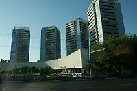 10 AUG 2003, TASCHKENT/USBEKISTAN:<br /> Wohnhaeuser in Taschkent<br /> IMAGE: 20030810-01-036<br /> KEYWORDS: Tashkent, Uzbekistan, Hochhaus, Wohnsilo, Haus, wohnen, Architektur