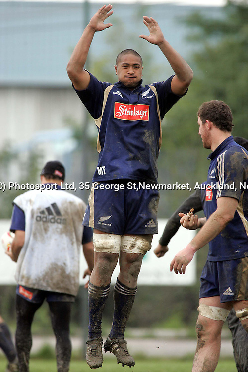 Mose Tuiali'i during training at the Capitolina rugby club in Rome Wednesday November11, 2004, as the team prepare for the New Zealand V Italy rugby test, Saturday.<br /><br /><br />PHOTO: Paul Thomas/PHOTOSPORT.