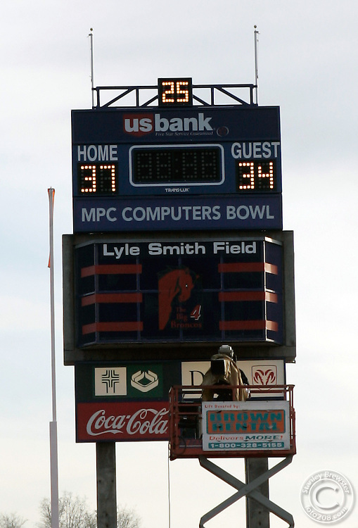 Boise,ID 12-27-04 Virginia versus Fresno State in the 2005 MPC Computers Bowl. Fresno defeated Virginia 34-31 in overtime.