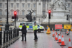 © Licensed to London News Pictures. 09/04/2018. London, UK. Police are seen closing Roads surrounding Buckingham Palace. A man was seen being arrested near the scene. Photo credit: Ben Cawthra/LNP