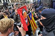Spanje, Spain, Barcelona, 2-10-2017Catalonie streeft naar onafhankelijheid. Mensen, demonstranten, demonstreren tegen het geweld op de verkiezingsdag door de nationale politie, guardia civil. Na het referendum wat geweldadig verstoord werd door de nationale politie uiten veel mensen hun catalaanse sympathie dmv vlaggen.Foto: Flip Franssen