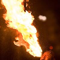 """Toluca, Mex.- Alberto Jacinto, es un hombre que a diario se gana la vida """"escupiendo fuego"""" en el crucero del paseo Tollocan y Urawa, con lo recaudado durante dos horas mantiene a su esposa y un hijo en la comunidad de San Cristobal Huichochitlán. Agencia MVT / Mario Vázquez de la Torre. (DIGITAL)<br /> <br /> NO ARCHIVAR - NO ARCHIVE"""