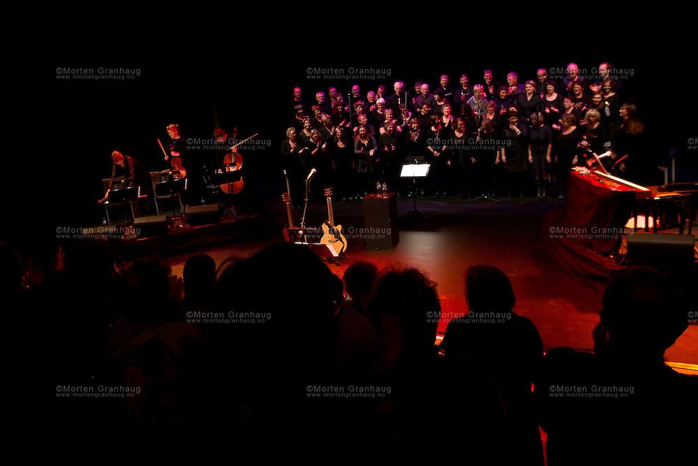 Jørn Hoel i Ørland Kultusenter onsdag 27 oktober 2010, sammen med to lokale sangkor; Bel Canto og Jubel.