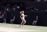 Sport,Tennis,Wimbledon 1996,Centre Court Flitzerin,<br /> streaker,nackte Frau laeuft ueberden Center Court, Humor,<br /> witzig,lustig,Ganzkoeper,<br /> Querformat