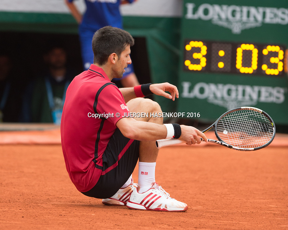 Novak Djokovic (SRB) laesst sich auf den Boden fallen und jubelt, Jubel, Emotion, Uhr mit Spielzeit im Hintergrund, Herren Finale, Endspiel,<br /> <br /> Tennis - French Open 2016 - Grand Slam ITF / ATP / WTA -  Roland Garros - Paris -  - France  - 5 June 2016.
