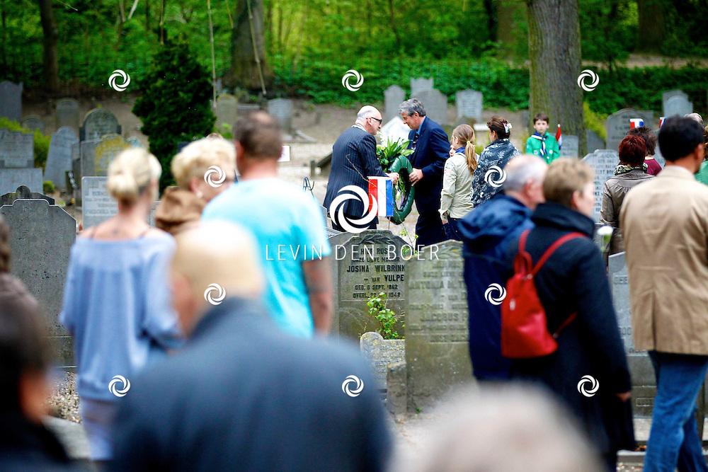 ZALTBOMMEL - De vier mei dodenherdenking in Zaltbommel. Burgemeester Albert van den Bosch loopt langs de joodse begraafplaatsen met belangstellende en leggen kransen en bloemen op de graven. FOTO LEVIN DEN BOER - PERSFOTO.NU