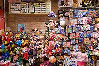 7 Novembre, 2008. Brooklyn, New York.<br /> <br /> Una bambina sceglie un giocattolo al Lulu's Cuts &amp; Toys, una parruccheria per bambini e negozio di giocattoli a Park Slope, Brooklyn, NY. Park Slope, spesso definito dai newyorkesi come &quot;The Slope&quot;, &egrave; un quartiere nella zona ovest di Brooklyn, New York, e confinante con Prospect Park.  Park Slope &egrave; un quartiere benestante che ha il maggior numero di nascite, la qualit&agrave; della vita pi&ugrave; alta e principalmente abitato da una classe media di razza bianca. Per questi motivi molte giovani coppie e famiglie decidono di trasferirsi dalle altre municipalit&agrave; di New York a Park Slope. Dal punto di vista architettonico, il quartiere &egrave; caratterizzato dai brownstones, un tipo di costruzione molto frequente a New York, e da Prospect Park.<br /> <br /> &copy;2008 Gianni Cipriano for The New York Times<br /> cell. +1 646 465 2168 (USA)<br /> cell. +1 328 567 7923 (Italy)<br /> gianni@giannicipriano.com<br /> www.giannicipriano.com