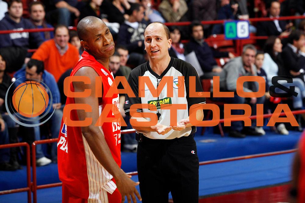 DESCRIZIONE : Milano Lega A1 2007-08 Armani Jeans Milano Scavolini Spar Pesaro<br /> GIOCATORE : Michael Hicks Arbitro<br /> SQUADRA : Scavolini Spar Pesaro<br /> EVENTO : Campionato Lega A1 2007-2008<br /> GARA : Armani Jeans Milano Scavolini Spar Pesaro<br /> DATA : 27/01/2008<br /> CATEGORIA : Delusione<br /> SPORT : Pallacanestro<br /> AUTORE : Agenzia Ciamillo-Castoria/G.Cottini