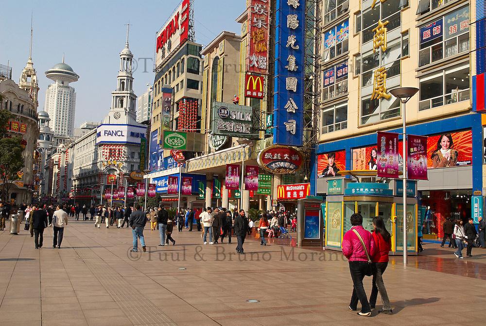 Chine. Shanghai. Rue chic de Nanjing Lu.  // China. Shanghai. Nanjing Lu, main shopping street.