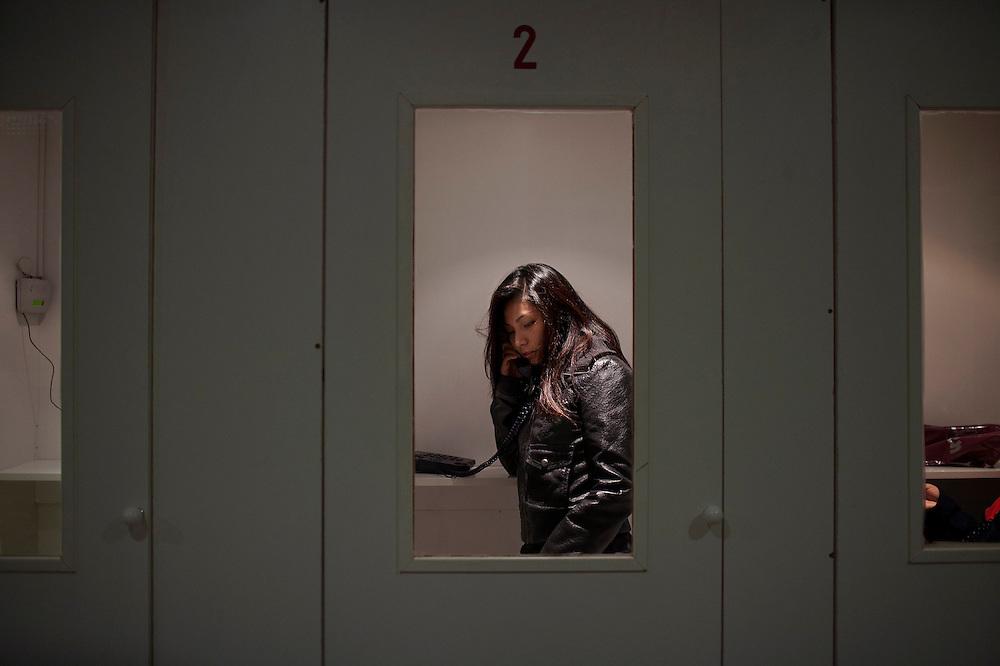 Dentro de la cabina del locutorio durante una conversación con su tia y primos en chile. Es uno de los momentos más alegres para ella.