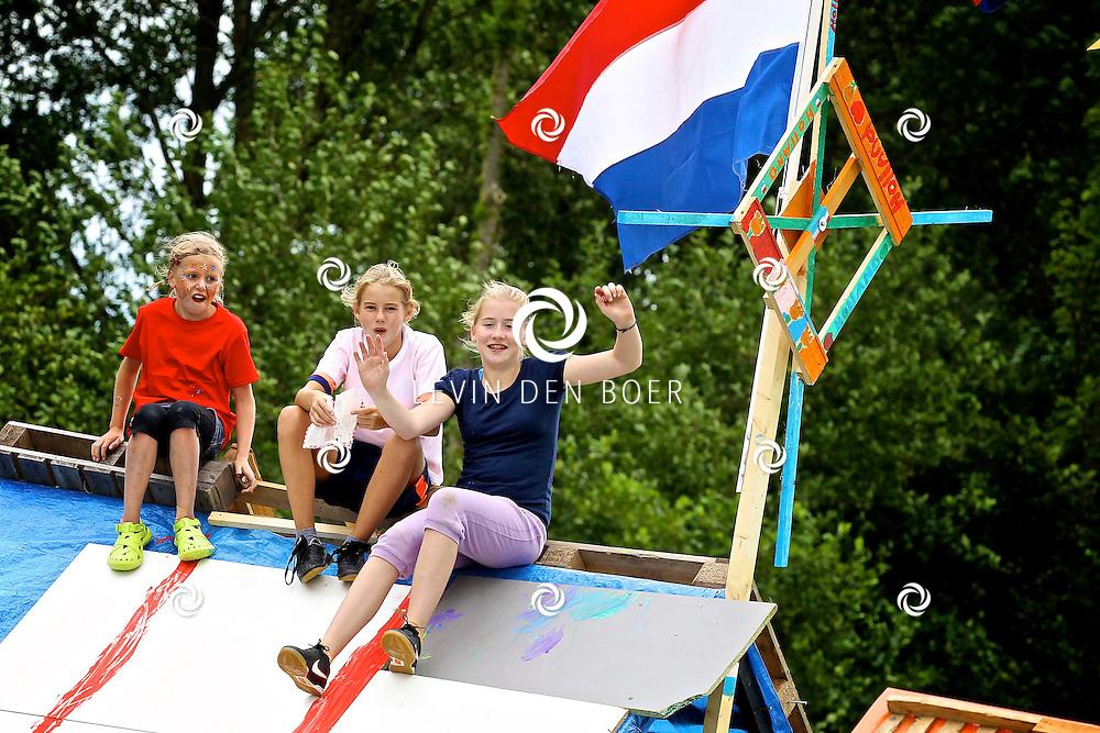 KERKDRIEL - De schaatsbaan in Kerkdriel is momenteel omgebouwd tot een groot molenkamp van diversen kinderen. Want het is de kindervakantieweek met diversen activiteiten. FOTO LEVIN DEN BOER - FPLDBP.NL