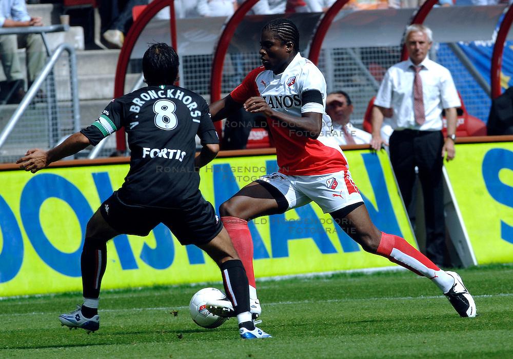 19-08-2007 VOETBAL: UTRECHT - FEYENOORD: UTRECHT<br /> Feyenoord wint met 3-0 in de Galgenwaard / Francis Dickoh en Giovanni van Bronckhorst<br /> &copy;2007-WWW.FOTOHOOGENDOORN.NL