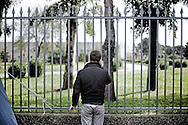 BATTIPAGLIA. PAOLO UNO DEI RAPPRESENTANTI DEI LAVORATORI DELL'ALCATEL A TELEFONO CON I COLLEGHI RINCHIUSI ALL'INTERNO DELL'AZIENDA PER PROTESTA