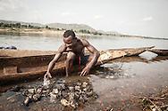Repubblica Democratica del Congo e Repubblica Centrafricana, 2012<br /> Lavorare in Africa<br /> Pescatori sul fiume Oubangui tra RDC e RCA<br /> <br /> Democratic Republic of Congo and Central African Republic, 2012<br /> Working in Africa<br /> Fishermen on the Oubangui river between DRC and CAR
