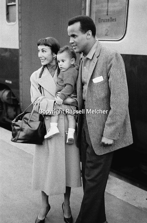 A smiling Belafonte with wife Julie Robinson and son, David in Paris, posing for fans.<br /> <br /> Un Belafonte souriant avec son &eacute;pouse Julie Robinson et son fils, David &agrave; Paris , posant pour les fans .