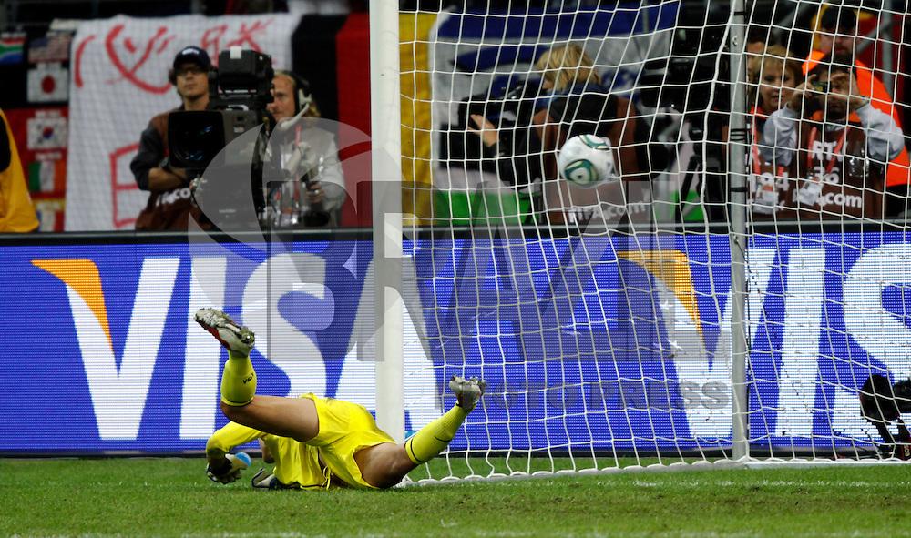 FRANKFURT, ALEMANHA, 17 DE JULHO DE 2011 - COPA DO MUNDO FIFA FUTEBOL FEMININO - JAPAO X ESTADOS UNIDOS - Hope Solo, goleira dos Estados Unidos sofre o gol da derrota para o Japao na Copa do Mundo de Futebol Feminino 2011, no Commerzbank-Arena (Waldstadion), Stadium de Frankfurt  na Alemanha, neste domingo (17). (FOTO: WILLIAM VOLCOV - NEWS FREE).