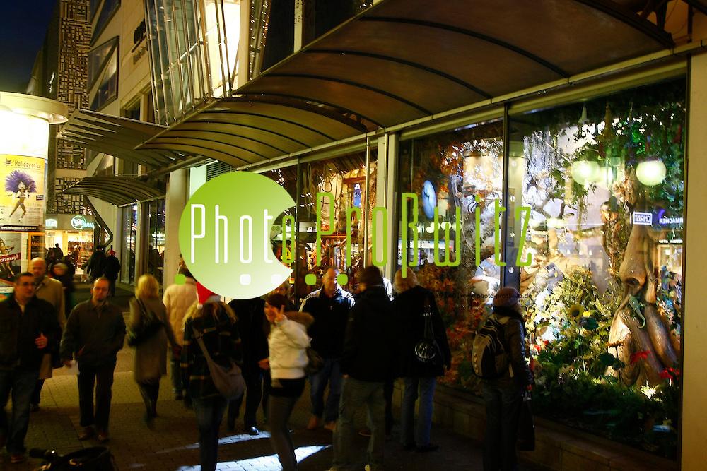 Mannheim. Innenstadt. Weihnachten auf den Planeken. Zur Vorweihnachtszeit im Advent leuchten, blitzen und Strahelen die Schaufenster und die festlich schimmernde Beleuchtung bringt wohlige Einkaufsstimmung in die Innenstadt.<br /> - Engelhorn Schaufensterdeko. Peter Pan<br /> <br /> Bild: Markus Proflwitz / masterpress /  <br /> <br /> ++++ Archivbilder und weitere Motive finden Sie auch in unserem OnlineArchiv. www.masterpress.org oder &cedil;ber das Metropolregion Rhein-Neckar Bildportal   ++++ *** Local Caption *** masterpress Mannheim - Pressefotoagentur<br /> Markus Proflwitz<br /> C8, 12-13<br /> 68159 MANNHEIM<br /> +49 621 33 93 93 60<br /> info@masterpress.org<br /> Dresdner Bank<br /> BLZ 67080050 / KTO 0650687000<br /> DE221362249