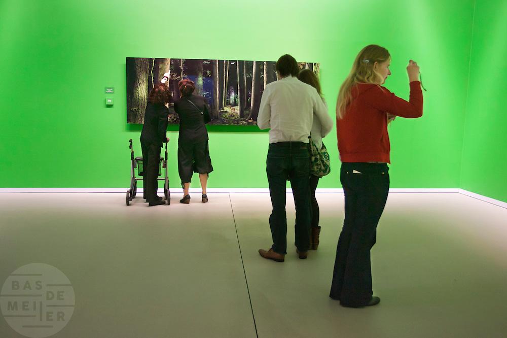 Bezoekers bekjken en fotograferen het werk van Ruud van Empel in het Groningermuseum.<br /> <br /> Visitors are looking at the exhibition of photographer Ruud van Empel at the Groninger Museum and taking pictures of the photos.