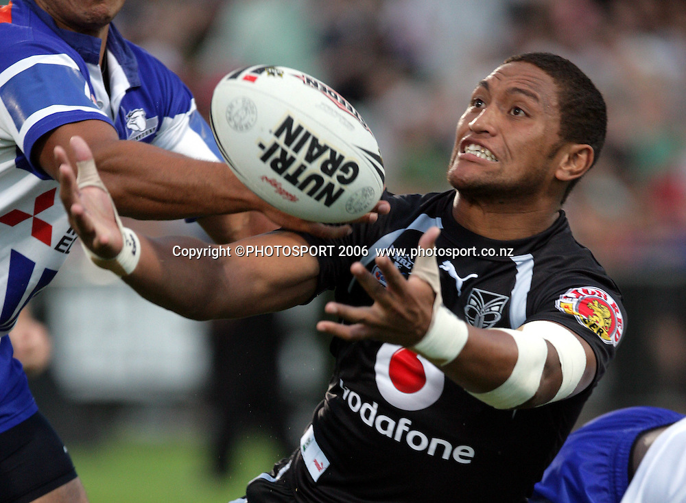 Manu Vatuvei scores for the Warriors at the pre season NRL match between the Warriors and Bulldogs at North Harbour Stadium, Auckland, New Zealand, on Saturday 3 March 2007. Photo: Andrew Cornaga/PHOTOSPORT
