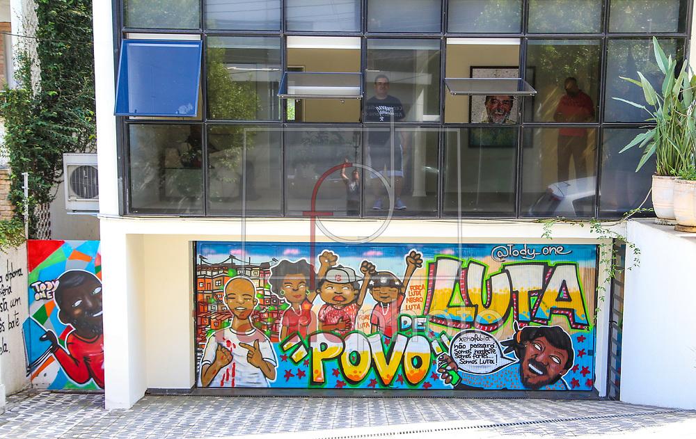 Atacado por pichadores na madrugada deste ultimo sábado (05) o Instituto Lula recebeu um novo grafite do Artista Tody One, que fez uma homenagem ao ex-presidente Lula, na Rua Pouso Alegre 21, no Ipiranga em São Paulo - Foto Marcelo D. Sants/FramePhoto.