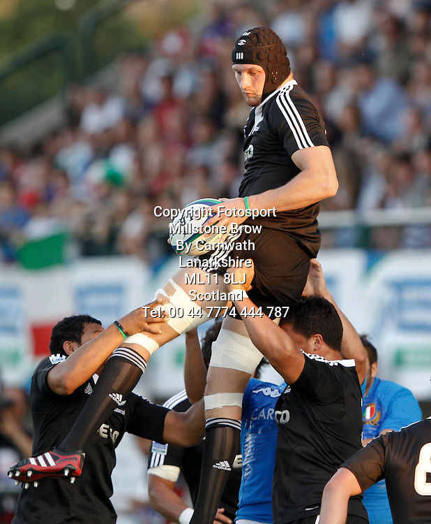 IRB Junior World Championship Italia 2011, Pool A; Italia v Nuova Zelanda; Treviso (Stadio Monigo); 10 Giugno 2011; Dominique Bird conquista l'ovale in touche ; Picture Credit: Roberto Bregani / FOTOSPORTITItaly 7-64 New Zealand, IRB Junior World Championship, Stadio Comunale di Monigo, Treviso, Italy, Friday 10th June 2011. Please credit ***FOTOSPORT/DANIELE RESINI***
