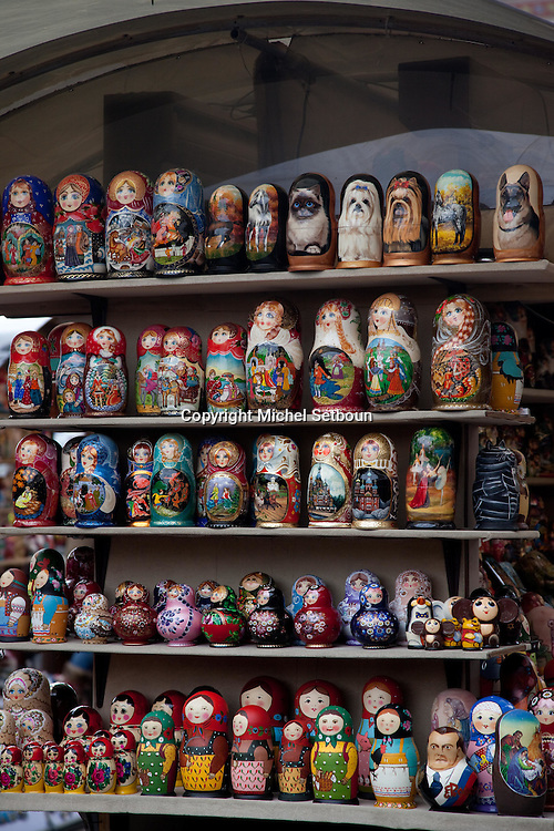 russians dolls, matroshkas  in front of Our Saviour on the Split Blood cathedral  - Russia, Saint Petersburg, .///.poupees russes, matroshka devant  l eglise du saint sauveur sur le sang verse, saint petersbourg, Russie