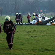 NLD/Naardenaren/20060114 - Vliegtuigje neergestort Amersfoortsestraatweg Naarden, 2 gewonden, inwoners uit Duitsland