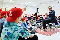 Den Haag, 20 december 2017 - <br /> Minister Hugo de Jonge van Volksgezondheid, Welzijn en Sport ontvangt op de Maria Montesorischool in Wateringse Veld het Regeerakkoord in Kindertaal van leerlingen uit groep 8.<br /> Foto: Phil Nijhuis/VWS