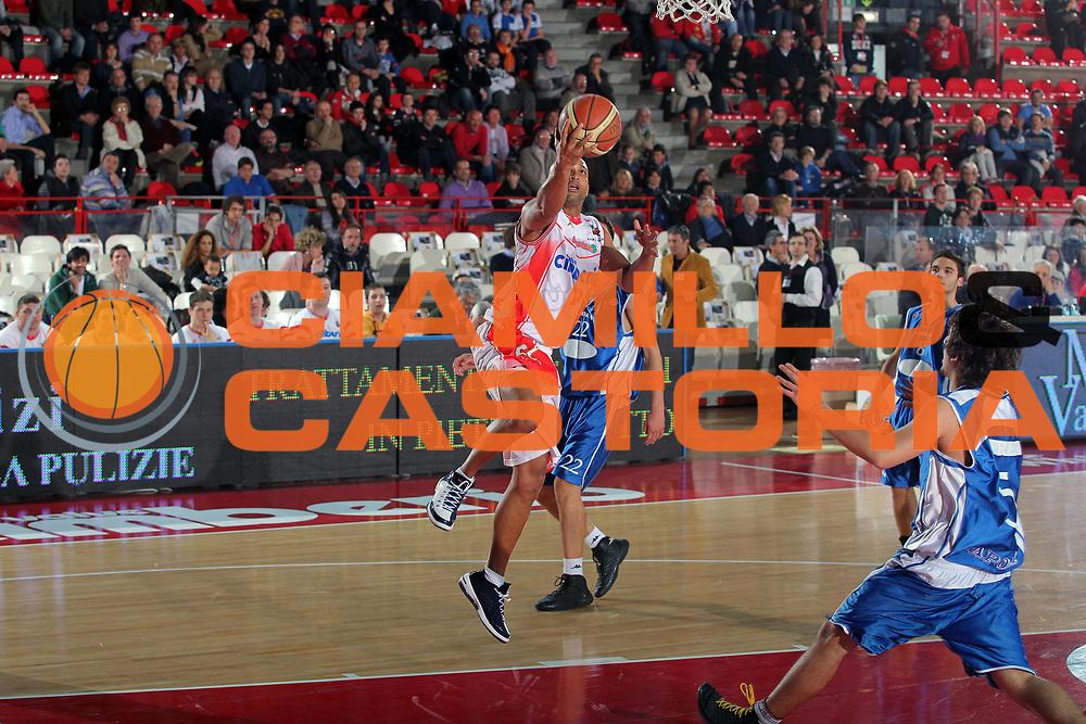 DESCRIZIONE : Varese Lega A 2009-10 Cimberio Varese Nuova AMG Sebastiani<br /> GIOCATORE : Randolph Childress<br /> SQUADRA : Cimberio Varese<br /> EVENTO : Campionato Lega A 2009-2010 <br /> GARA : Cimberio Varese Nuova AMG Sebastiani<br /> DATA : 11/04/2010<br /> CATEGORIA : Penetrazione<br /> SPORT : Pallacanestro <br /> AUTORE : Agenzia Ciamillo-Castoria/G.Cottini<br /> Galleria : Lega Basket A 2009-2010 <br /> Fotonotizia : Varese Campionato Italiano Lega A 2009-2010 Cimberio Varese Nuova AMG Sebastiani<br /> Predefinita :
