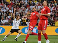 Fotball<br /> VM 2010<br /> Tyskland v England<br /> 27.06.2010<br /> Foto: Witters/Digitalsport<br /> NORWAY ONLY<br /> <br /> 3:1 Jubel Thomas Mueller (Deutschland), Matt Upson, John Terry<br /> Fussball WM 2010 in Suedafrika, Achtelfinale, Deutschland - England