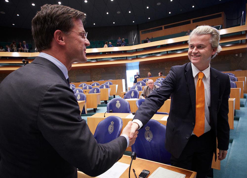 Nederland. Den Haag, 24 mei 2012.<br /> Demissionair premier Mark Rutte begroet Geert Wilders PVV, kabinetscrisis, Catshuisonderhandelingen, kabinet Rutte, Verantwoordingsdebat, nav de derde woensdag in mei, tweede kamer, politiek, parlement, <br /> Foto : Martijn Beekman