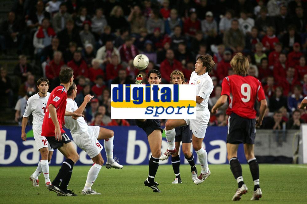 Fotball<br /> VM-kvalifisering<br /> Norge v Hviterussland<br /> Ullevaal stadion<br /> 8. september 2004<br /> Foto: Digitalsport<br /> Martin Andresen, Norge, og Vitaly Kutuzov, Hviterussland